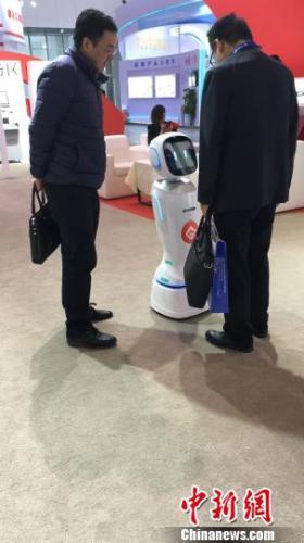 图为观众参观银行可对话机器人。 钟欣 摄